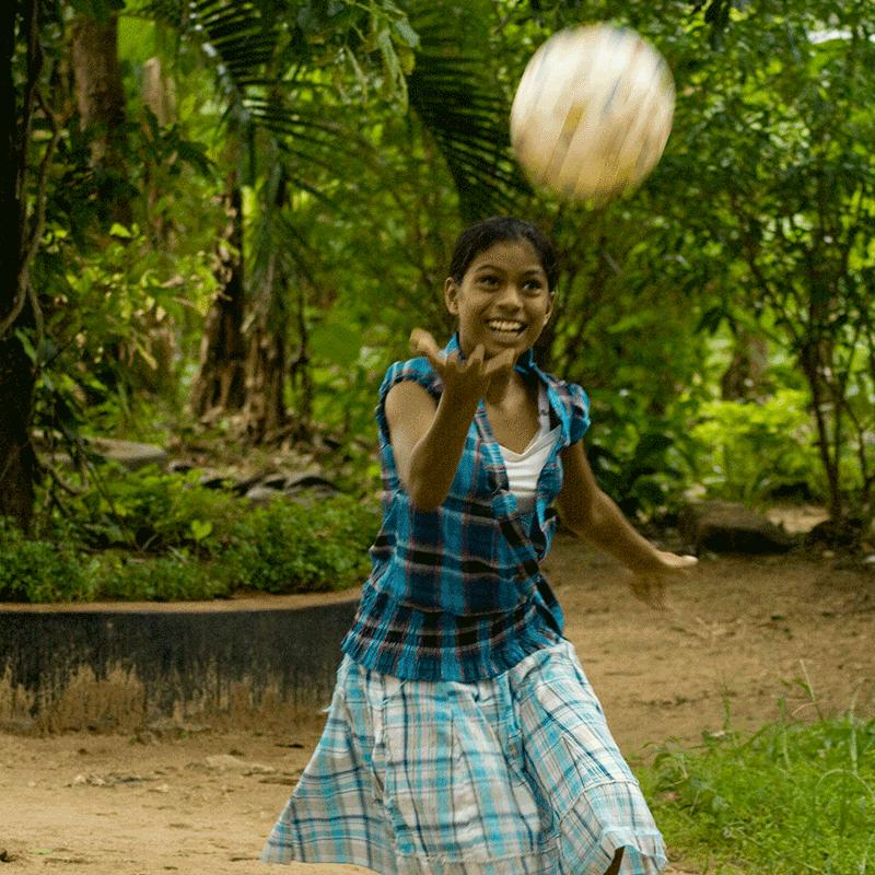 Sri Lanka meisje aan het spelen met de bal