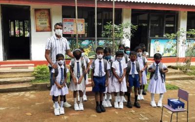 Diyakapilla primary schoolkinderen ontvangen donaties