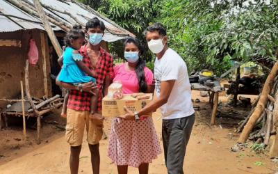 Families ontvangen een voedselpakket