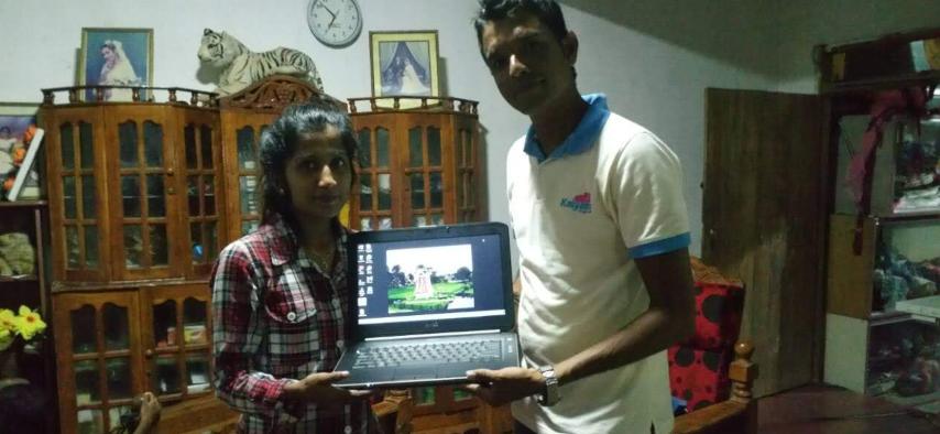 Wasane krijgt laptop Stichting Kalyani